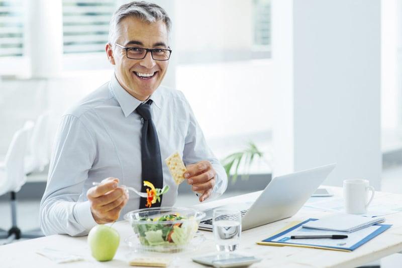 comer-en-el-trabajo-una-práctica-en-pausa