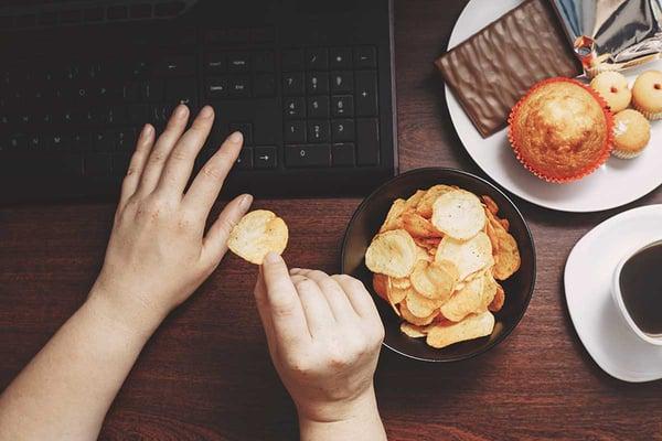 habitos-en-el-trabajo-que-perjudican-tu-salud